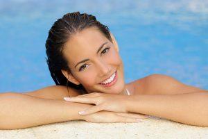 Jak dbać o włosy na basenie