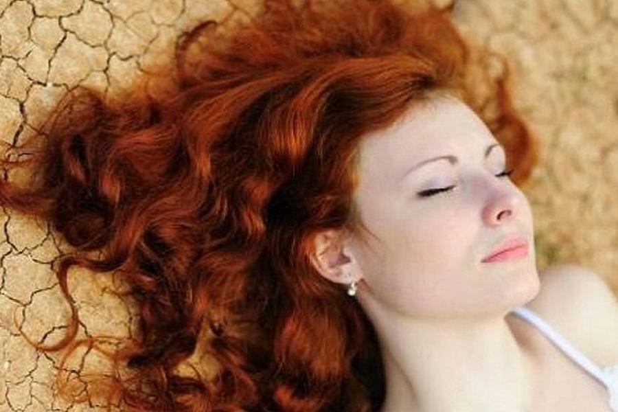 Jak farbować włosy henną? Najważniejsze zasady naturalnej koloryzacji