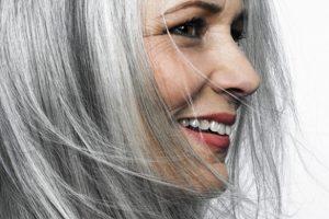 Siwienie włosów – nie zawsze jest oznaką starzenia