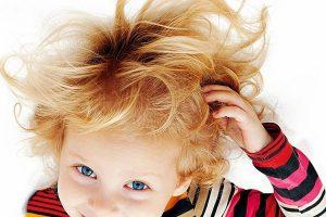 Jak pielęgnować skórę głowy i włosy u dzieci